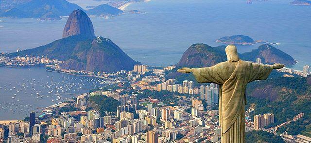 El Cristo Redentor es una estatua de 30 metros, con el pedestal de 8 metros, de Jesús de Nazaret con los brazos abiertos mostrando a la ciudad de Río de Janeiro, en Brasil, sin lugar a dudas un lugar precioso al que obviamente no puedes evitar si vas a Brasil.