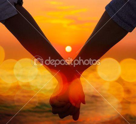 Couple main dans la main en mer coucher de soleil — Photographie brickrena © #46513561