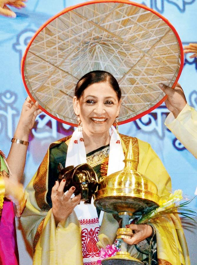 Deepti Naval honoured with the traditional Assamese japi — a conical hat made from tightly woven bamboo and cane — at a film awards ceremony in Nagaon, Assam. #Bollywood #Fashion #Style #Beauty