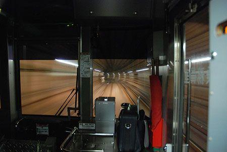 その先がどうなっているのか、想像もつかない。閉鎖空間。明るい駅を発つと、右へ左へ、身をくねらせるようにして列車は走る。2015/1 駒込駅~西ケ原駅 東京メトロ南北線A1602K鳩ヶ谷行 車窓(3000系)© 2010 風旅記(M.M.) 風旅記以外への転載はできません...