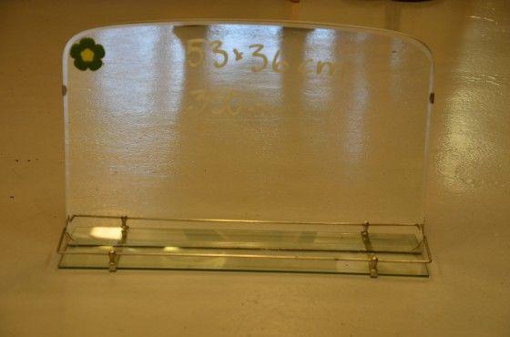 Badrumsspegel från 40/50-talet med hylla i glas. 53x36 cm