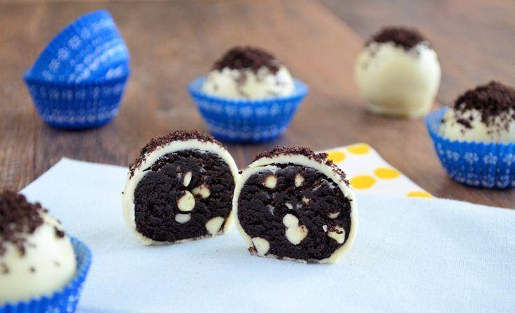 Een variatie op de oreo truffels: Oreo truffels deluxe! Varieer in smaken chocola en voeg chocolate chips toe aan de truffels. Maak jouw favoriete smaak!