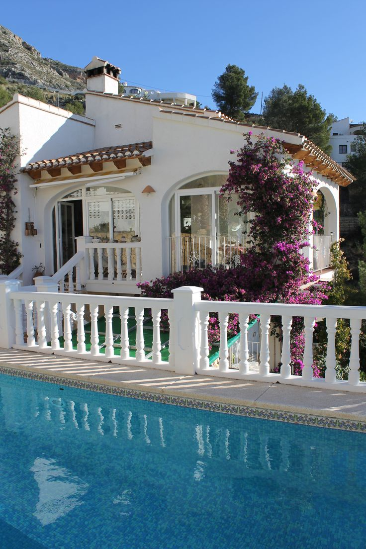 Charming villa in perfect condition with wide sea views and guest apartment. Great opportunity. Quiet location near the village of Altea la Vella.