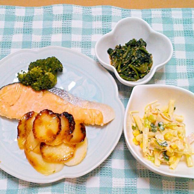 朝、漬けとけば、夜、楽チンです。他のものでも応用できます(^ー^)b - 8件のもぐもぐ - カンタン生鮭の塩麹漬け蒸し焼き マカロニサラダ ほうれん草胡麻和え by etsujiro