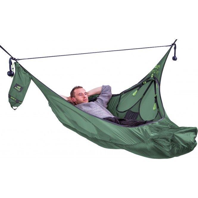 Hängmatta i unik konstruktion med hög sovkomfort i alla ligglägen. Medföljande tarp ger sol- och regnskydd. Myggnät, ficka för liggunderlag samt flera justeringsmöjligheter för bland annat sittläge.