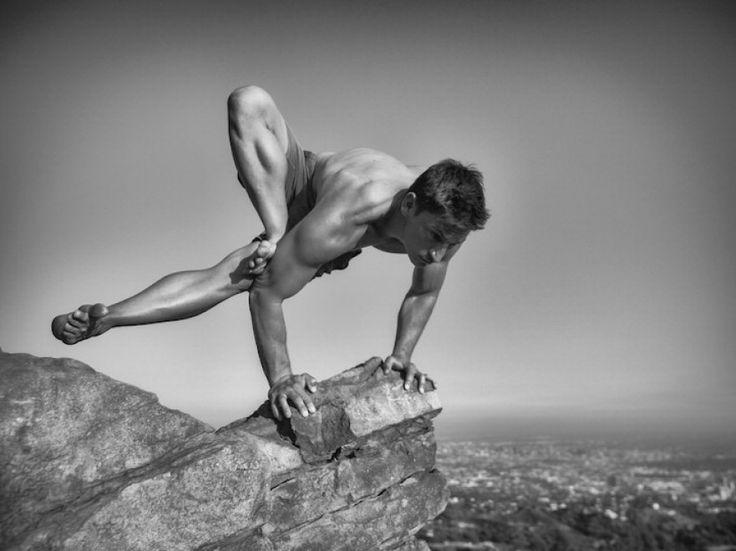 """Forza, flessibilità, atletismo: tutto questo si trasforma in bellezza e si riverbera attraverso una serie di scatti fotografici che ha come protagonisti gli uomini e lo yoga. Il progetto di Amy Goalen, dal titolo """" Inside the Warrior """", cerca di cogliere la calma e la determ"""