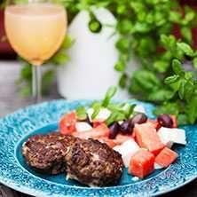 Fetaost och vattenmelon är numera en klassiker. Med färsbiffar blir det en härlig sommarrätt.