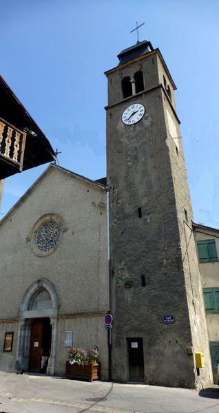 Coincée entre les maisons de la petite Place de l'Eglise, comme dans une ronde, l'église Saint-Roch de Pont-de-Cervières possède un clocher du XVIIIe