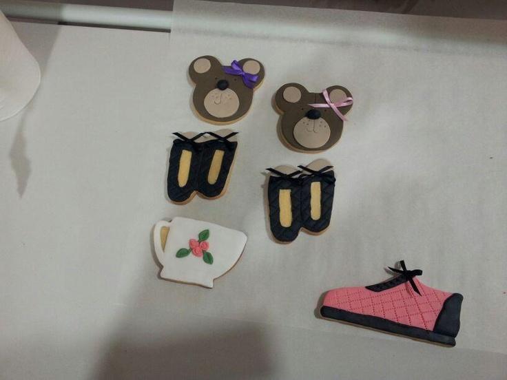 Cookies decoradas con diferentes motivos: osos, zapatilla deporte y tetera.