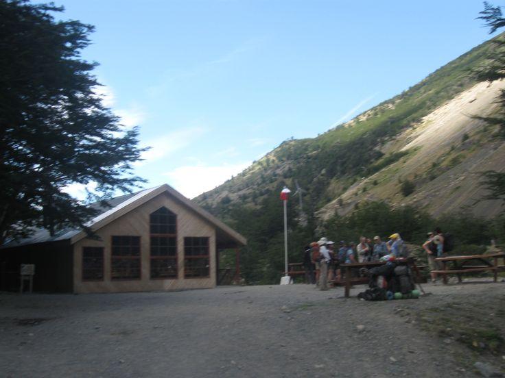 Día - 6 - llegada a refugio camping , chileno , $12 USD ,servicios de ducha, lunch y equipamiento . Descanzo y evaluar si continuar a refugio base torres , por la tarde , a 2 hrs , dificultad media , la idea es acampar en bases, para subir al amanecer a las torres ,