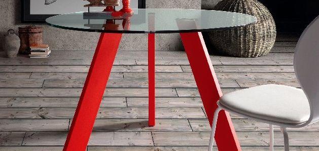 Un design minimaliste pour la table BRAICE.  Appréciez cette très belle table ronde d'acier peint époxy et de verre trempé.  Un jeu de finesse et de délicatesse est garanti par un mince plateau de verre soutenu d'un léger piètement tripode.  De fabrication espagnole, cette table ronde donnera à vos pièces une allure aérienne.