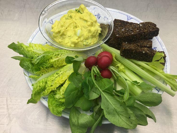 Æggesalat med rugbrødsstave og grønt