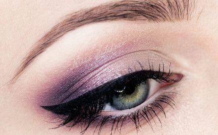 Dzisiaj zapraszam na prosty w wykonaniu, elegancki makijaż studniówkowy.  Wiele z Was prosi o wykonanie makijażu na studniówkę w mailach do Redakcji. W zeszłym tygodniu prezentowałam Wam stosun