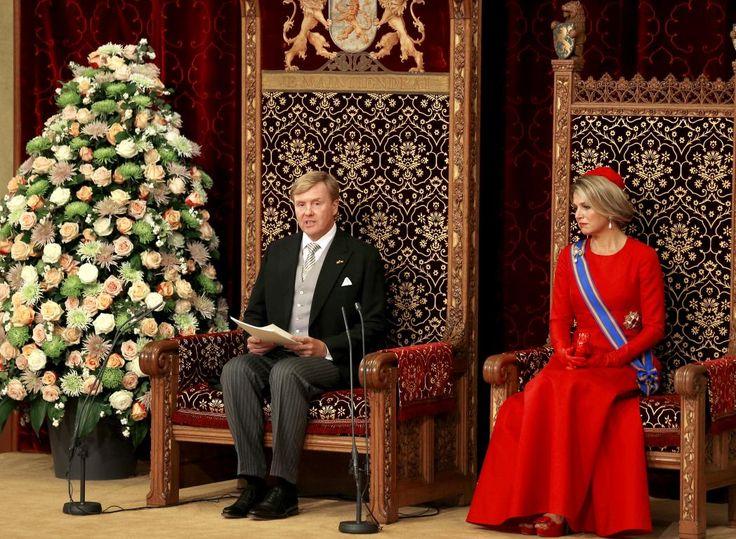"""Koning Willem-Alexander begint aan zijn Troonrede. Koning Willem-Alexander begon zijn Troonrede met een verwijzing naar de ramp met vlucht MH17 in Oekraïne. Hij zei dat """"de feestelijke traditie"""" van Prinsjesdag door de ramp dit jaar omgeven is door """"een rouwrand van verdriet""""."""