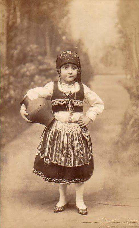 民族衣装bot @Minzokubot 23分23分前  1910年頃、ポルトガル領マデイラ諸島で撮影された祭り衣装の少女の写真。