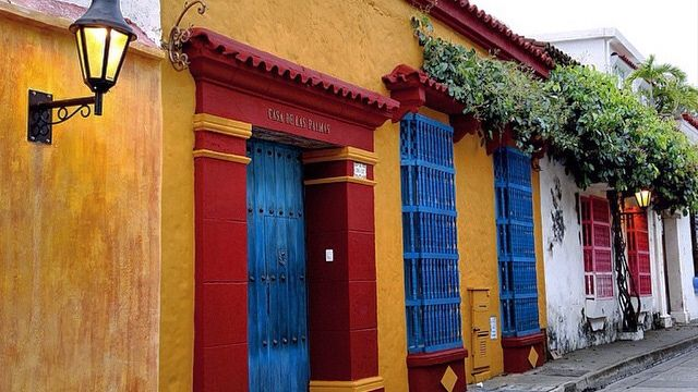 #colores Cartageneros. #colors #cartagena #street #enmicolombia #places #likeforlike #canon #igerscolombia #colombia #architecture #amazing #architectureporn #canonphoto #city #picoftheday #lamp