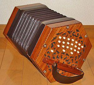 Konsertina | Die mees algemene instrumente wat in Boeremusiek gebruik word is die konsertina, kitaar, trekklavier, banjo en baskitaar. Soms word 'n klavier, kontrabas, traporrel, elektroniese klawerbord, tjello, mondfluitjie of viool ook gebruik. Enkele Boereorkeste gebruik ook 'n saag, klarinet en 'n teekis-bas. Dansritmes wat tipies is aan Boeremusiek is die settees, polka, wals, mazurka, asook die kwadriel en die vastrap.