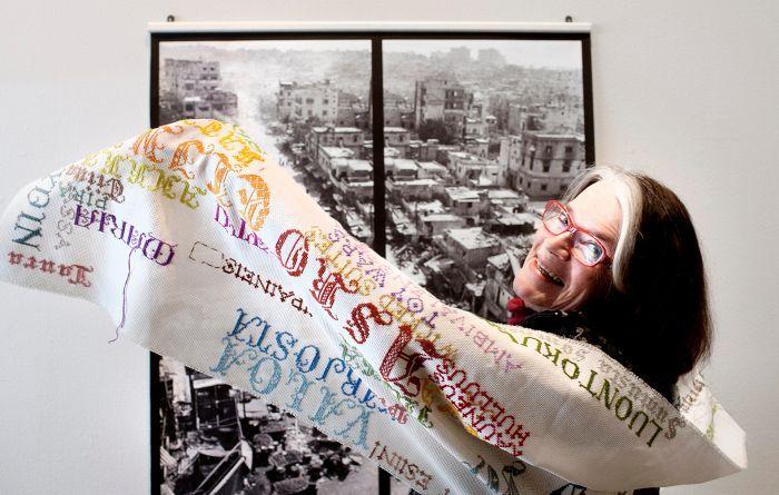 Leena Saraste on erikoistunut valokuva-aiheisiin kirjontatöihin. Kuvaan harteille valikoitui Valokuvataiteen museon historiikki.