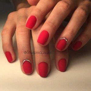 Простой матовый красный маникюр со стразами на коротких ногтях квадратной формы