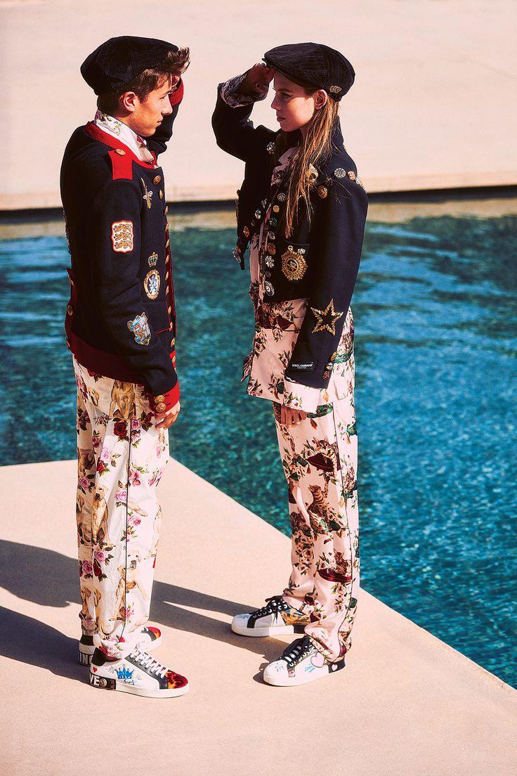 En Mariana y Juanpa: saco militar, conjunto en seda, sombrero y tenis, todo de Dolce & Gabbana.