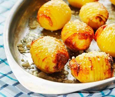 Hasselbackspotatis är en klassiker som passar till det mesta! Servera den ugnsbakade potatisen till en fin kött- eller fiskbit och du har en riktig festmåltid.