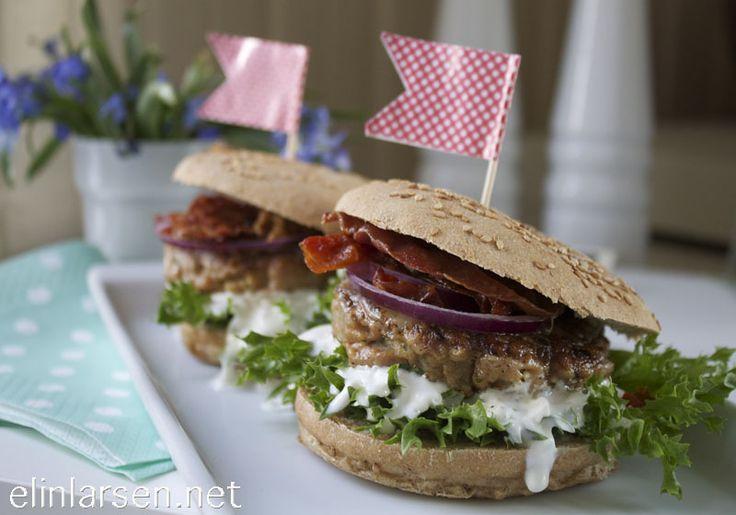 Kyllingburger med crispy bacon, ost og tomatconfit