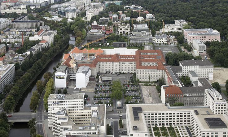 File:Bundesministerium der Verteidigung (2.Dienstsitz in Berlin)mit dem Ehrenmal der Bundeswehr aus der Vogelperspektive.Ein Teil davon frueher Reichsmarineamt.....