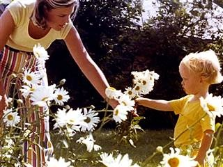 Anchors toast mom  - Willie Geist gets some flowers from his mom.