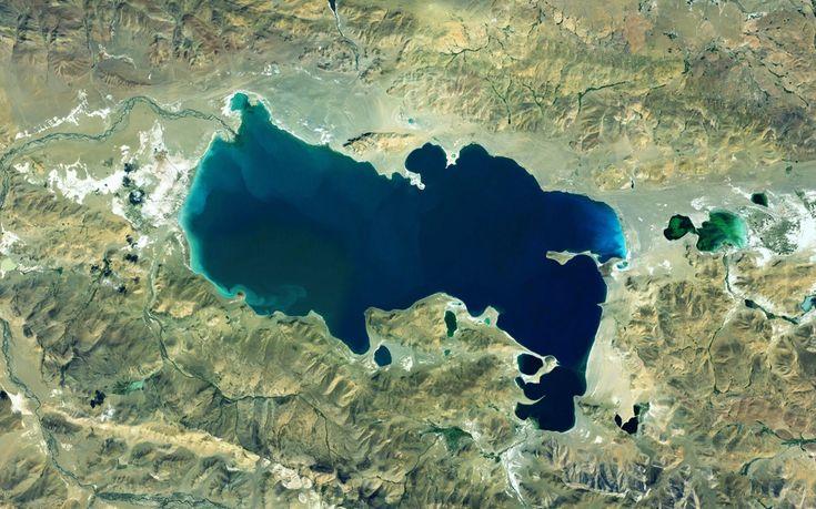 În Tibet există foarte multe lacuri, cu apă proaspătă sau cu apă sărată, fiecare având povestea sa.