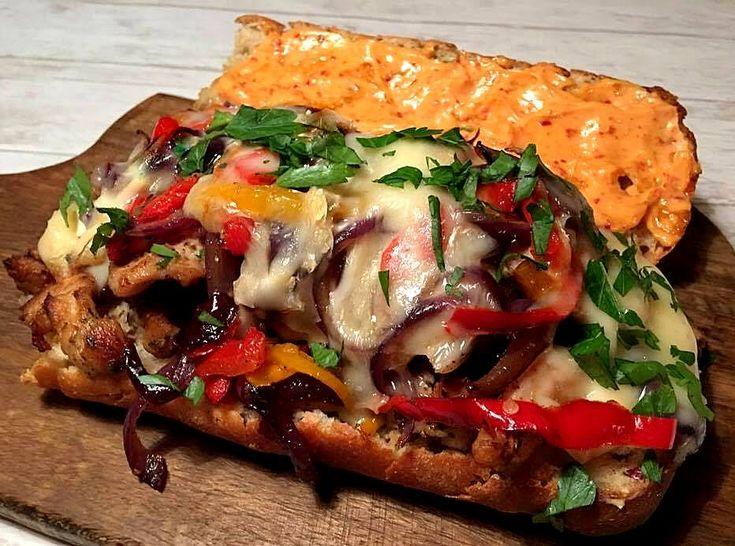 Dette er altså en seriøs god sandwich. En pakke lidt kønsløse kalkunstrimler forvandlet til en lækkerbidsken sammen med karamelliserede løg, stegte snackpebre i både rødt og gult, spicy mayo med harissa og godt med smeltet brie pakket ind i ciabattabrød. Spis den til fyldig frokost på en....