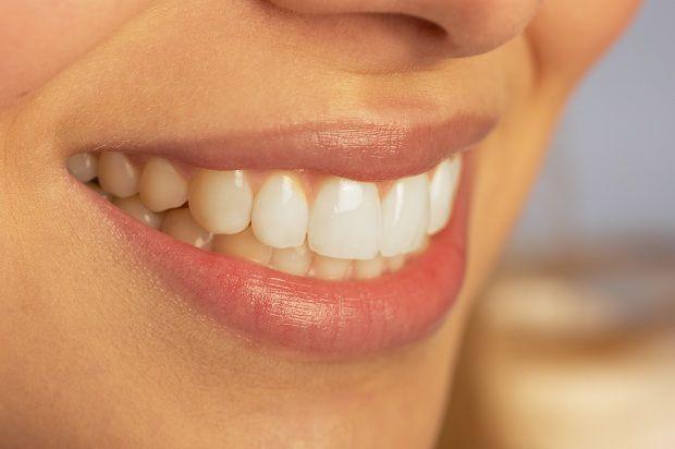 Ağzınız ve Dişlerinizdeki Bakteri -Virüsleri Yok Edin!  Ağız sağlığı ve diş bakımı için karbonat çok önemlidir. Akşamları yatmadan önce 1′e 1 oranında tuz ile karıştıracağınız karbonat ile dişlerinizi fırçalayın.    Diş çürüklerine yerleşip yaşayan ve vücudu kansere hazırlayan bağışıklık yok edici virüslerin iki düşmanından birisi karbonattır.