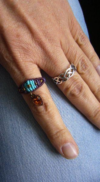 **Makramée-Ring ** mit eingearbeiteter Rocailles und sunset-orangenem, baumelndem Glasherzchen :)  Ringgröße: 58  Innendurchmesser: 18 mm  Geknüpft mit S-Lon Bead Cord