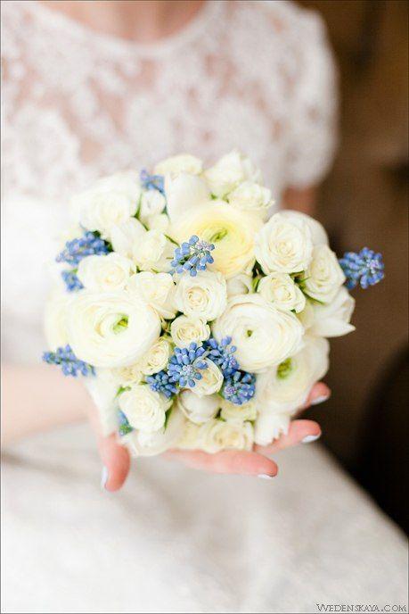 Весенний букет невесты. Белый и голубой цвет. Мускари, ранункулюсы, розы. Весенняя свадьба. Spring bride's bouquet. White and blue color. Muscari, Ranunculus, roses. A spring wedding.