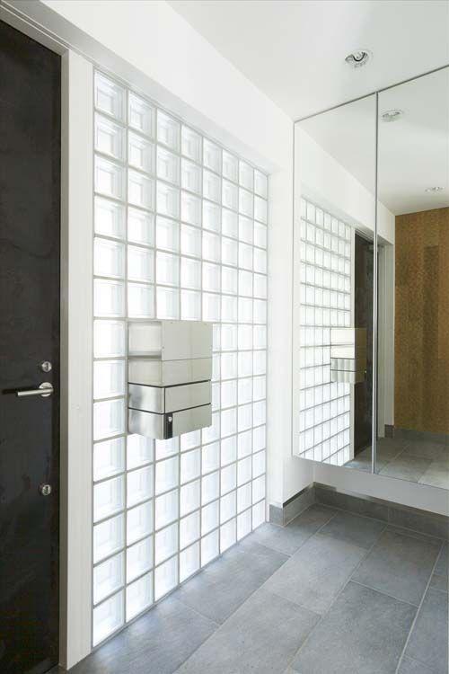 世田谷で完成しました「ふたりの家」。  竣工写真の御紹介part8です。  玄関ドア横のガラスブロック。  日中は玄関内を明るく、そして夜は、室内の照明の光が、玄関外を行燈の如く照らし、迎えてくれます。