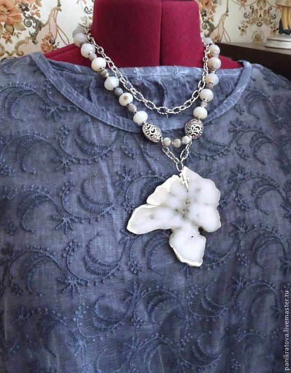 """Купить Колье """"Облачный Атлас"""" (кахолонг, агат) - серый, белый цвет, палевый, бело-серый"""