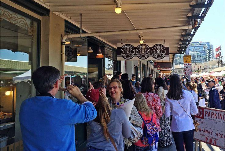 De allereerste #Starbucks ter wereld. In Seattle zijn meerdere filialen, maar dit is de eerste Starbucks ooit. Het oude logo en het formaat van de coffe shop zijn weinig opvallend, toch trekt deze bijzondere plek elke dag lange rijen © www.Artstudio23.com Melanie E. Rijkers #travel expert #seattle