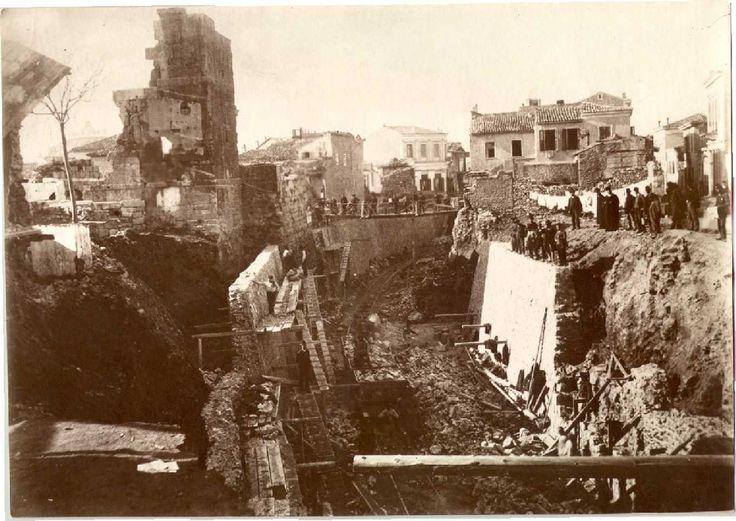 Το 1889 ξεκινάει η διάνοιξη της σήραγγας από το Θησείο μέχρι την Ομόνοια. Έξι χρόνια αργότερα εγκαινιάζεται ο πρώτος σταθμός της Ομόνοιας, που ήταν επίγειος