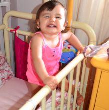 perigo - criança escalando berço Como saber se está na hora de migrar a criança do berço para a cama? 6 coisas para observar!