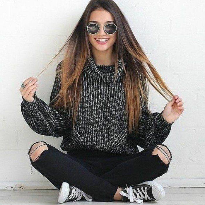 pull grosse maille en noir et blanc associé avec un jean noir troué et des baskets