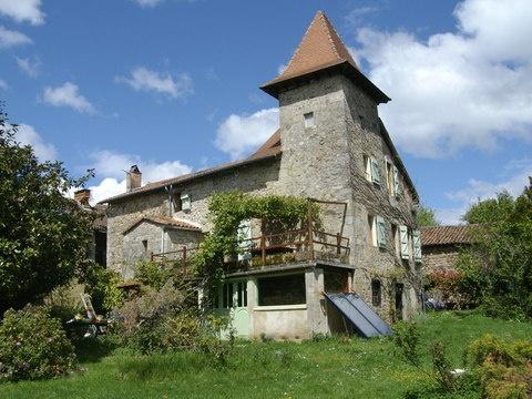 Esto sí que es una casa con carácter y estilo propio. Situada en los #Pirineos franceses y rodeada de #naturaleza y ambiente rústico. Disponible para un intercambio de casa #Frncia