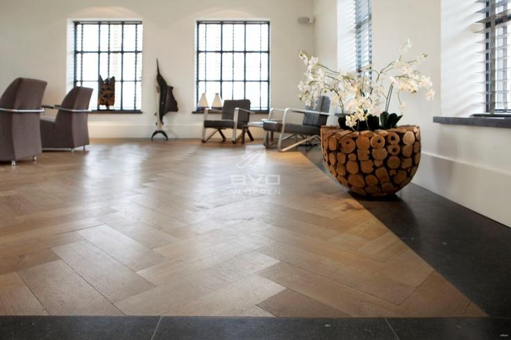 robuuste eiken visgraat vloer | white wash | natuursteen naadloos gecombineerd met parket | exclusieve vloeren