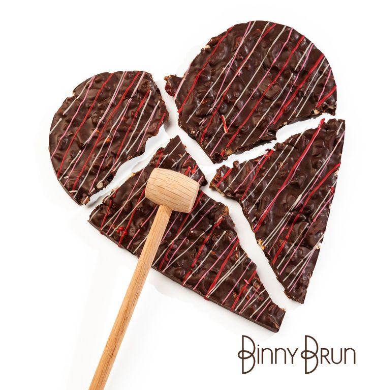 BREAK THIS HEART....NOT MINE Un riquísimo corazón de bark de chocolate con nueces, toffee, frutas, pretzel y otras delicias con un pequeño martillo de madera para partir y compartir.