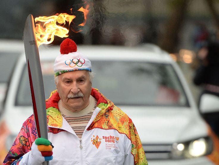 Владимир Зельдин отмечает 100-летний юбилей.                                                       7 октября 2013 года. Актер Владимир Зельдин во время эстафеты Олимпийского огня в Москве.