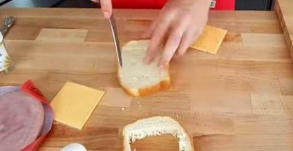 Κόβει το ψωμί του τοστ σε τετραγωνάκια – Μόλις δεις γιατί, θα τρέξεις στην κουζίνα να κάνεις το ίδιο