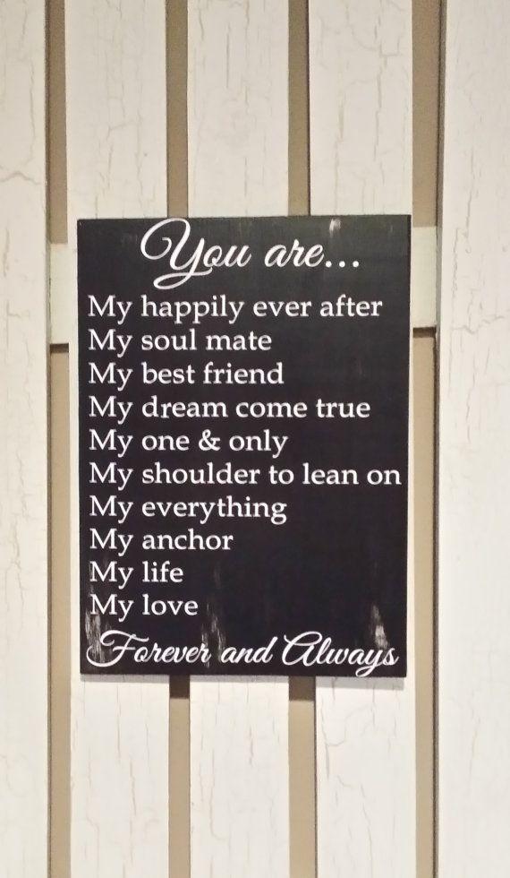 Cartel de madera pintada con tu poema o frase de amor favorita. Un regalo romántico que sirve para decorar la casa. Otra de las manualidades para regalar en San Valentin o en su cumpleaños.