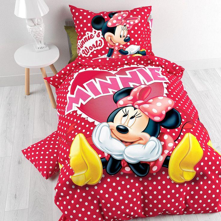 Is je peuter een grote Minnie Mouse fan? Dan zal ze superblij zijn met dit Disney Minnie in Love dekbedovertrek. Het overtrek heeft een levensgrote afbeelding van lieve Minnie in een schattige jurk, leuke gele schoentjes een grote strik op haar hoofd. Het hartje, met daarin Minnie geschreven, maakt duidelijk dat Minnie heel erg verliefd is. Dit vrolijke dekbedovertrek heeft een roodgestippelde ondergrond die past bij de jurk van Minnie. Het Disney Minnie in Love dekbedovertrek is gemaakt van…