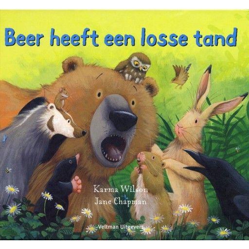 Engeltjes & Draken | Boek | Beer heeft een losse tand Beer en zijn vrienden beginnen net aan hun lunch als plotseling… Beer voelt iets wiebelen en waggelen in zijn mond. Oh nee! Wat zou dat zijn? Het is… zijn eerste losse tand! Gelukkig stellen de vrienden van Beer hem gerust en vertellen ze hem dat het heel gewoon is om een melktand te verliezen.  Een fantastisch boek (op rijm) voor iedereen die ooit een wiebelende tand heeft gehad.#beerheeftlossetand #prentenboek #kinderboek #voorlezen