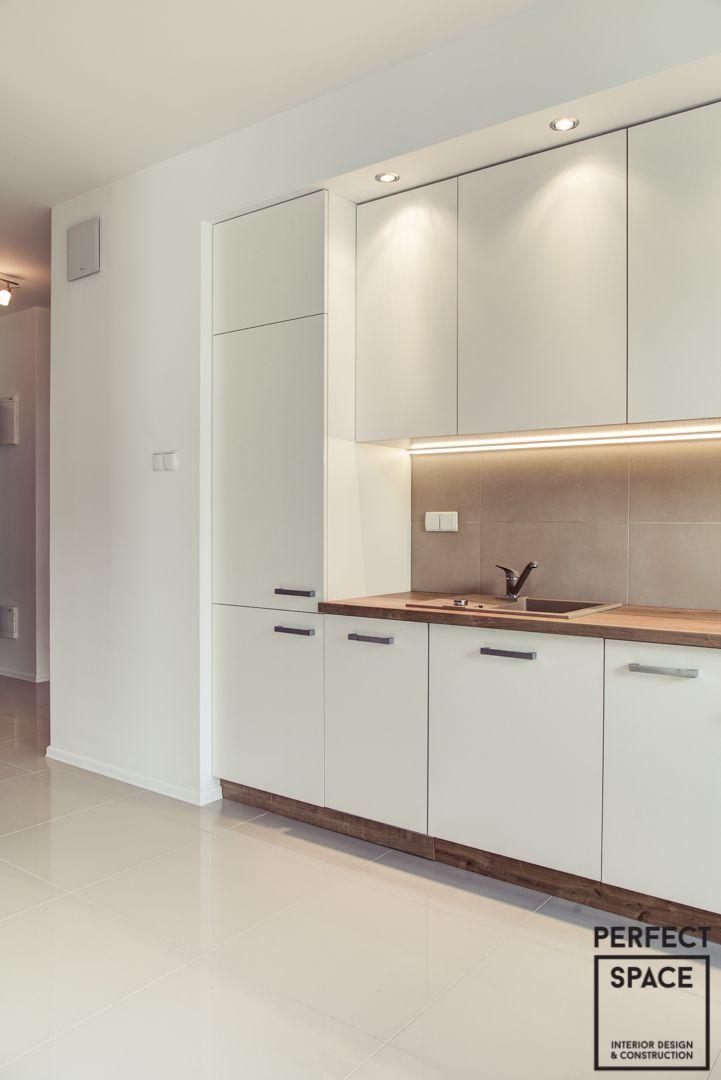 """Klasyka gatunku z serii """"moje pierwsze mieszkanie"""". Założeniem było wykonanie maksymalnie neutralnego miejsca pod możliwości własnej aranżacji w sposób dowolny – jakimi tylko barwami i dodatkami będzie chciał bawić się właściciel – takich można użyć – baza została stworzona. Uwagę zwraca ciepła łazienka w barwach brązu i beżu oraz rozwiązania stolarskie – kuchnia i szafy wnękowe."""