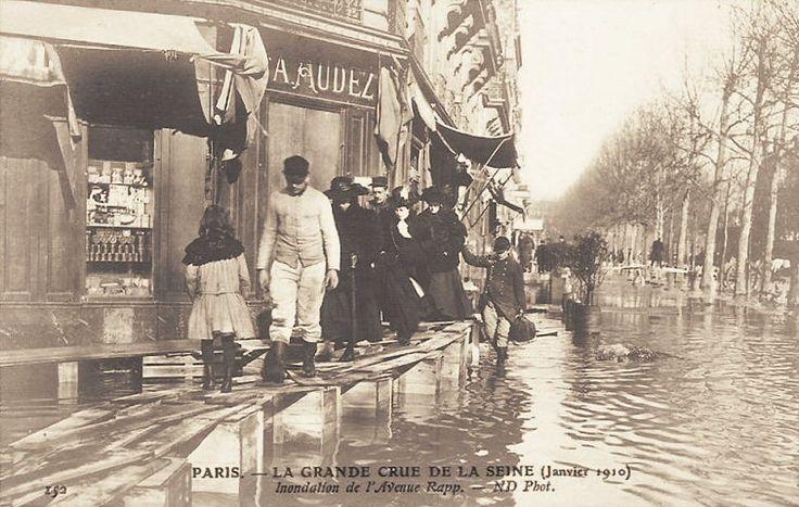 Les beaux quartiers n'étaient pas épargnés. Ici l'avenue Rapp où on s'adonne à des exercices d'équilibre... (vieille carte postale, janvier 1910)