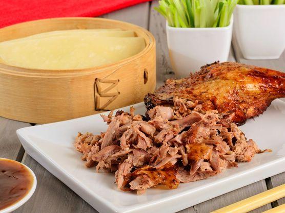 Crispy duck eller pekingand er en fantastisk god rett som kombinerer mange spennende smaker. Dette er en klassisk oppskrift på hjemmelaget crispy duck, servert med hoisinsaus, vårløk og selleristang, og oppskrift for klassiske pannekaker til crispy duck.